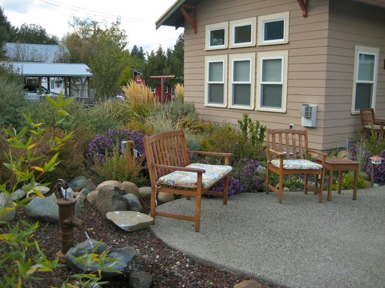 Bronze Antler Bed & Breakfast: Garden outside our suite