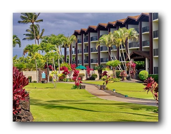 Lawai Beach Resort: The Alii bldg and grounds.  Pool and ocean at left, which are viewed from balconies of building.