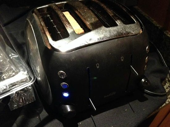 Delta Edmonton Centre Suite Hotel: Filthy toaster with no handle covers