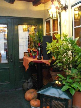 Liebstockl + Co: Вход в ресторан с внутреннего дворика