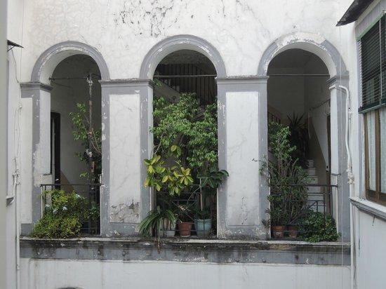 Fiori di Napoli : la cour vue de la salle de bains