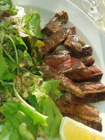 Stella Maris: Steak with salad