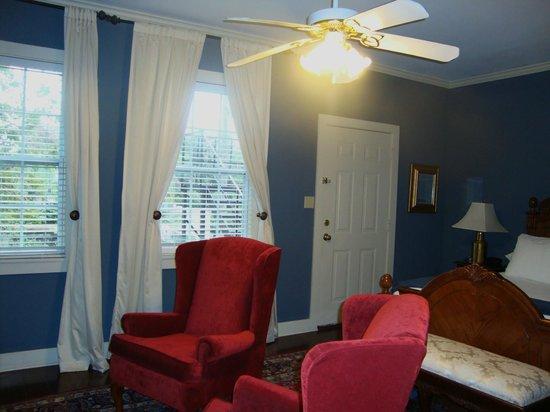 Savannah Bed & Breakfast Inn: Sitting w/tv (both beds have each tv )