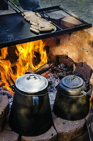 Rivera Lodge: Sunday Breakfast Cooked over a Camp Fire