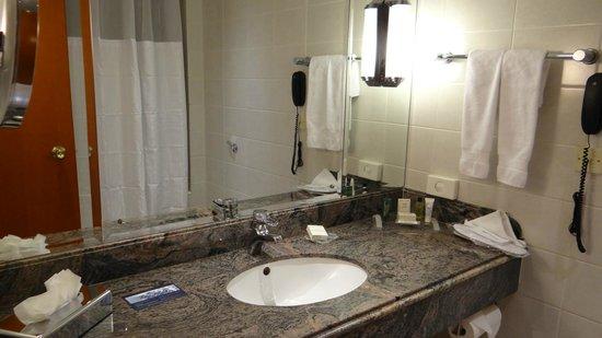 Hilton Cyprus: Bathroom