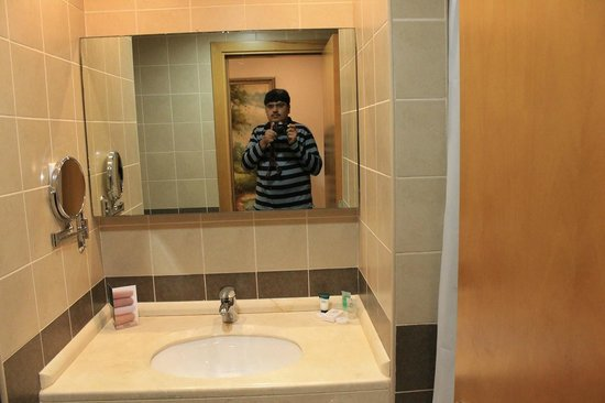 Grand BelleVue : Mirror in Washroom