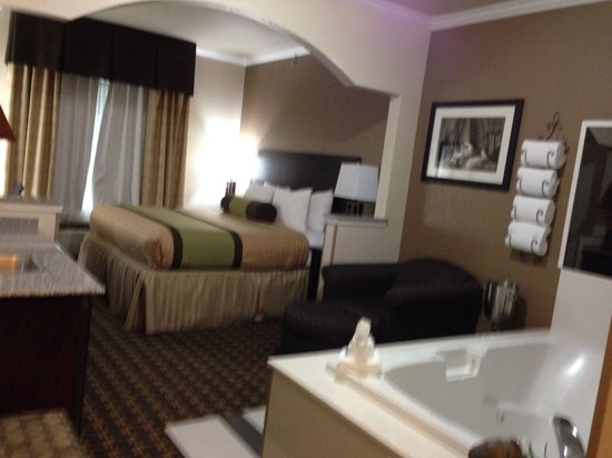 Best Western Plus Cutting Horse Inn & Suites: King room with hot tub. I asked the cleaning staff if I could peak in to take a picture. They ha