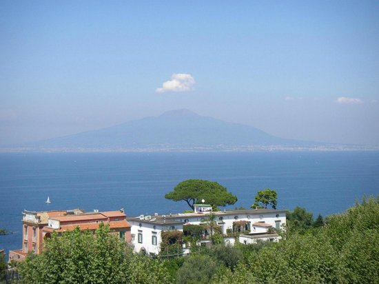 Hotel La Meridiana: View of Vesuvius from the roof terrace