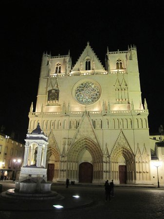 Cathedral Saint Jean Baptiste: BY NIGHT