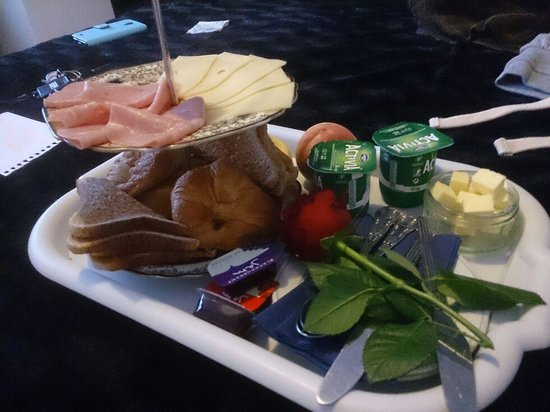 Latymer Guest House: breakfast brought to our door