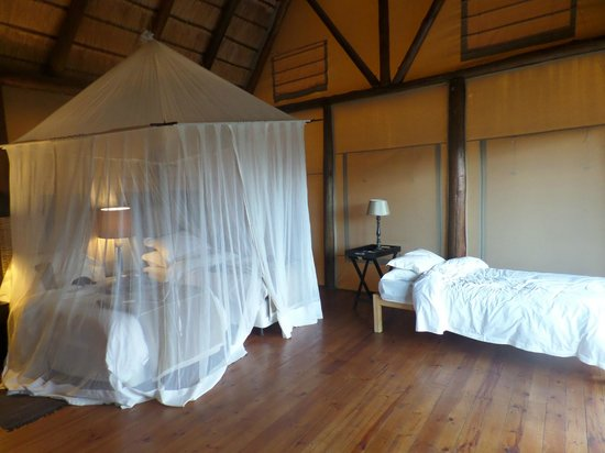 Bush Lodge - Amakhala Game Reserve: Inside one of the tents