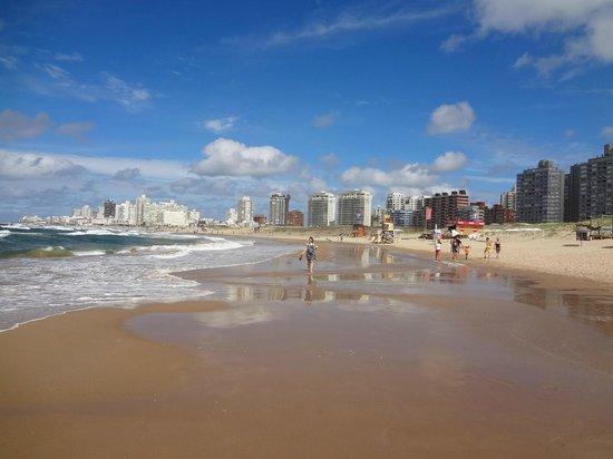Armon Suites Hotel: caminhando na praia