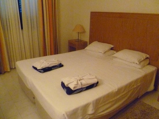 Grand Muthu Oura View Beach Club: Bedroom with goodies