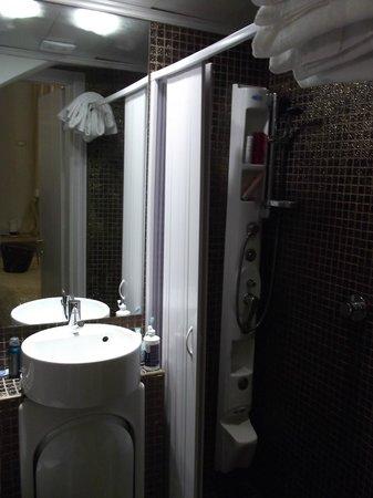 Relais Venezia: banheiro pequeno