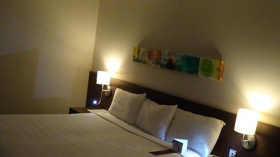 Holiday Inn Cairns Harbourside: BEDROOM