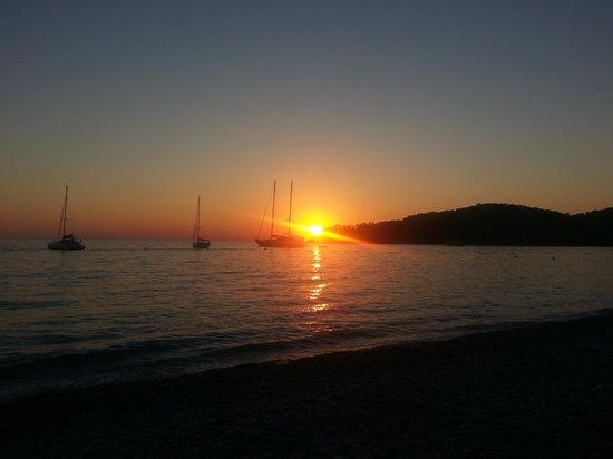 Montebello Resort: Sun Set on the beach