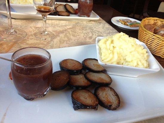 L'Aiglon Restaurant: Plat du menu Saveurs : andouille poêlée et purée avec sauce au vin et oignons