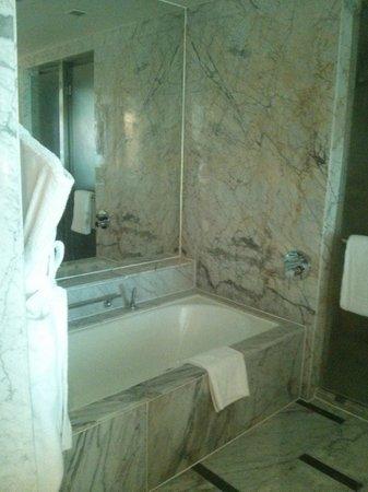 InterContinental Marine Drive: Beautiful bath!