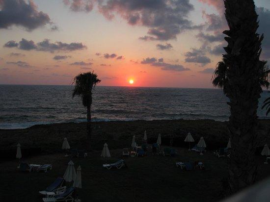 Cynthiana Beach Hotel: Blick von der Liegewiese übers Meer zum Sonnenuntergang