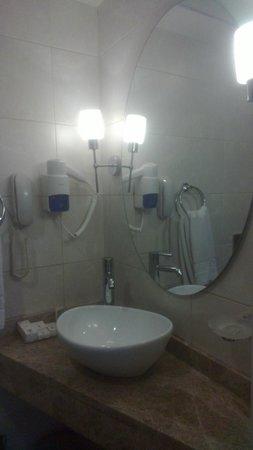 Taksim Life Hotel: Smallish bathroom