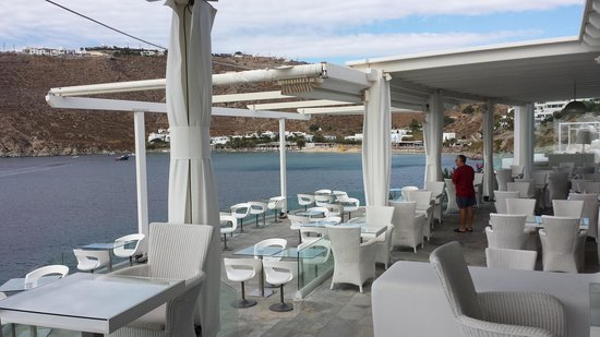 Petasos Beach Hotel & Spa : experience eating on a terrace floating above the blue Aegean