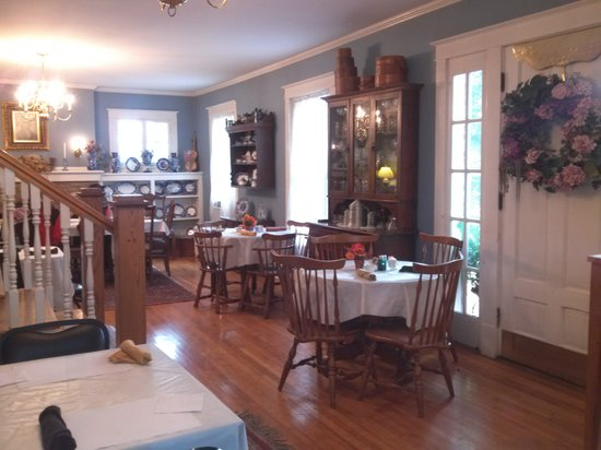 Federal Grove Bed and Breakfast: Dining area