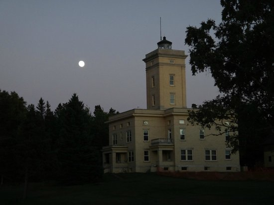 Sand Hills Lighthouse Inn: Moon over lighthouse