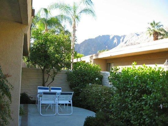 Palm Springs Tennis Club: Patio view