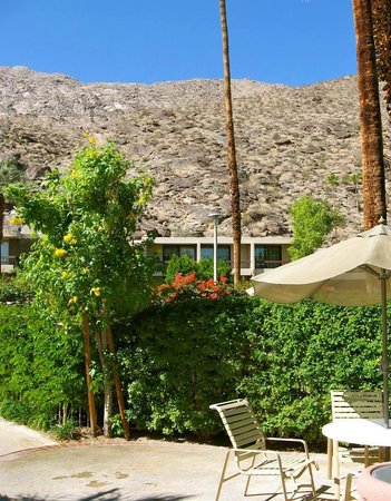 Palm Springs Tennis Club: View of Hotel from Bungalow Spa area