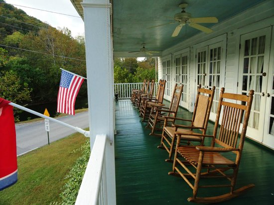Chilhowee Inn: Front porch looking toward the river