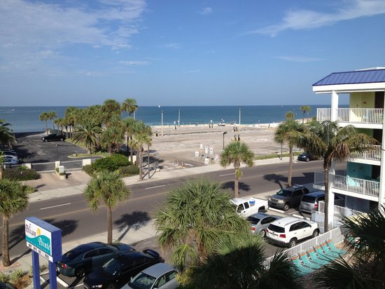 Pelican Pointe Hotel and Resort: The ocean across the street