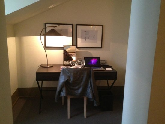 Augustine, a Luxury Collection Hotel, Prague : Separate work station with charging dock