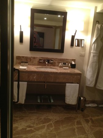 Augustine, a Luxury Collection Hotel, Prague : Bathroom was a great size