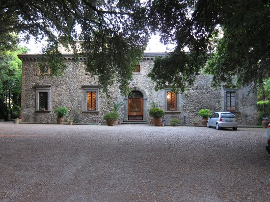 Hotel Villa Ciconia: Parking area in front of Villa