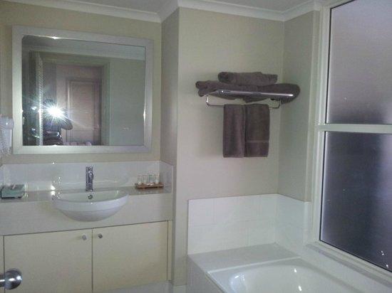 Moonlight Bay Suites : bathroom