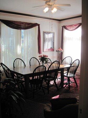 Beech Tree Inn- Brookline: Dining & sitting area