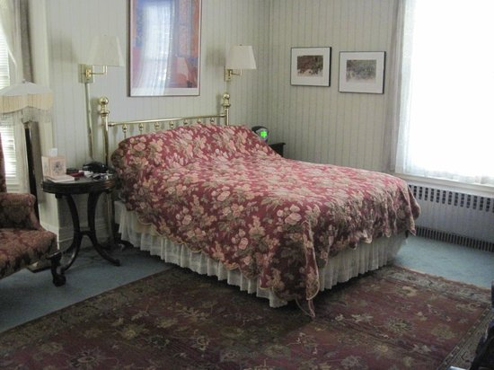 Beech Tree Inn- Brookline: Queen bed in Room 3