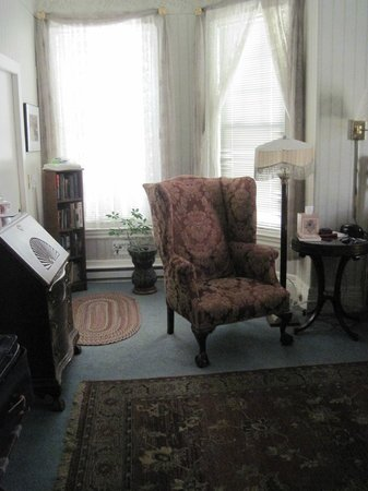 Beech Tree Inn- Brookline: Easy chair near bed in Room 3