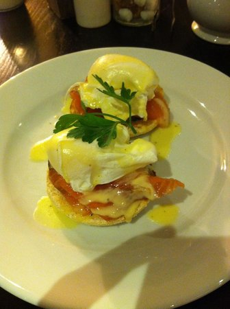 Didsbury House: Breakfast - smoked salmon and eggs benedict on toasted muffin - delicious