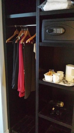 Mercure Manchester Piccadilly Hotel: wardrobe