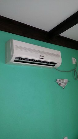 Taufua Beach Fales : Leaky AC unit above exposed light fitting