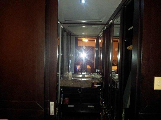 Cable Beach Club Resort & Spa: 3 way stle bathroom wardrobes
