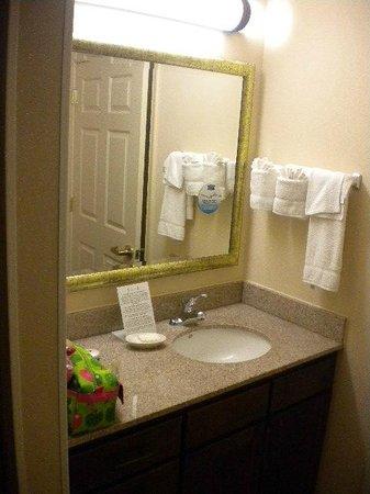 Staybridge Suites Chantilly Dulles Airport: Pia e espelho