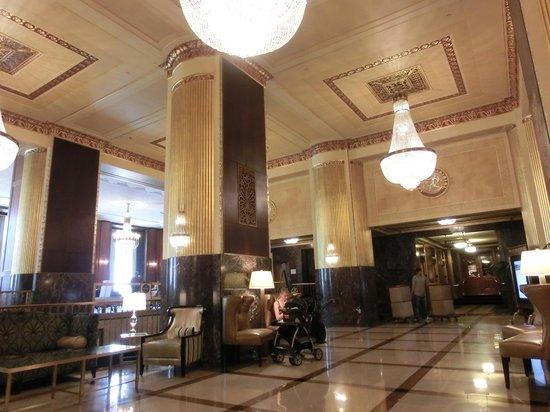 Hilton Milwaukee City Center: bright lobby