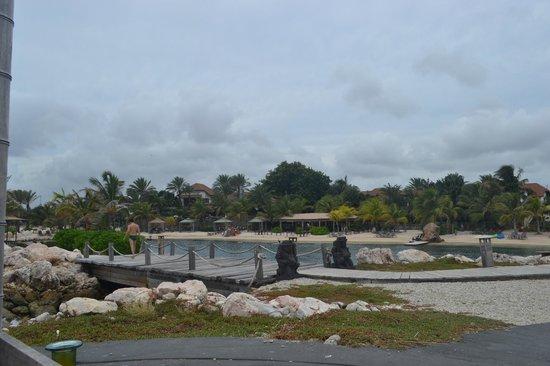 Baoase Luxury Resort: Vista da praia a partir de uma das ilhotas do resort