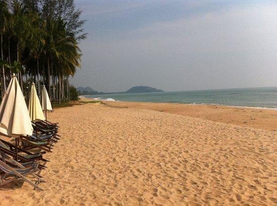 Baan Klang Aow Beach Resort: Looking north towards Wat Thang Sai