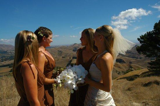 Te Mata Peak: Girls enjoying the view