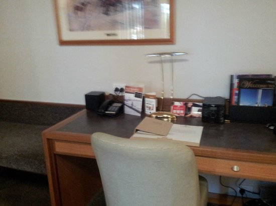 Esplanade Hotel Fremantle - by Rydges: desk and luggage seat