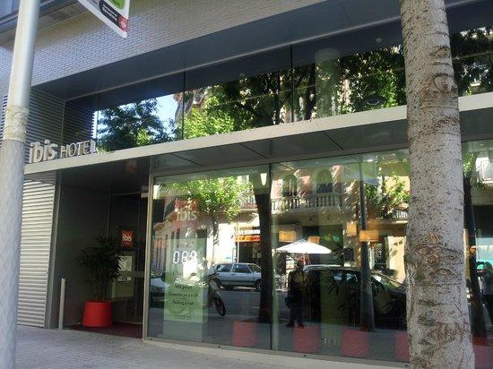 Ibis Barcelona Centro: Frente do hotel