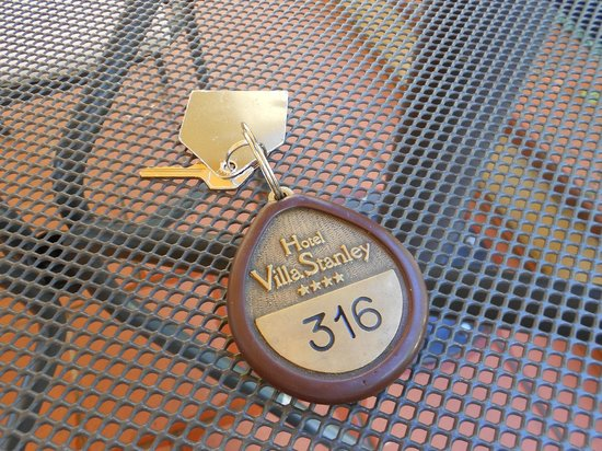 Hotel Villa Stanley: Unique room key with brass medallian